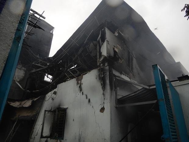 Sau tiếng nổ lớn trong mưa, lửa thiêu rụi xưởng sản xuất nến 500m2 - Ảnh 4.