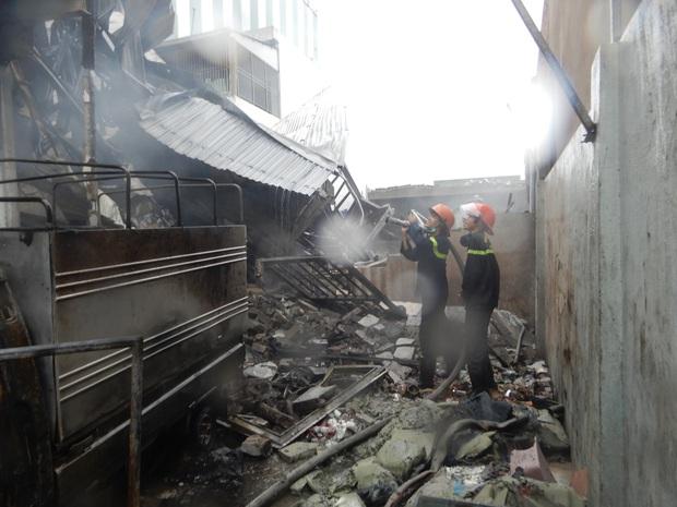 Sau tiếng nổ lớn trong mưa, lửa thiêu rụi xưởng sản xuất nến 500m2 - Ảnh 5.
