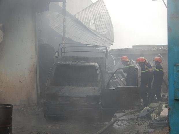 Sau tiếng nổ lớn trong mưa, lửa thiêu rụi xưởng sản xuất nến 500m2 - Ảnh 3.