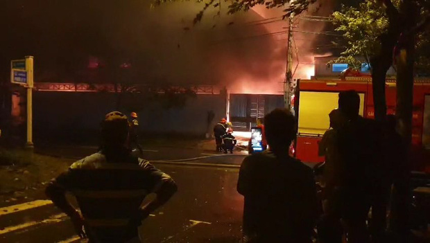Sau tiếng nổ lớn trong mưa, lửa thiêu rụi xưởng sản xuất nến 500m2 - Ảnh 1.