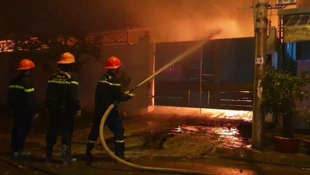 Sau tiếng nổ lớn trong mưa, lửa thiêu rụi xưởng sản xuất nến 500m2 - Ảnh 2.