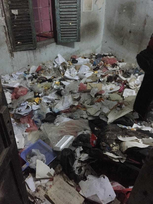 Thanh niên ở trọ 5 năm để lại bãi rác chật kín 10m2, chủ nhà bàng hoàng phải thuê đến 2 người dọn dẹp - Ảnh 2.