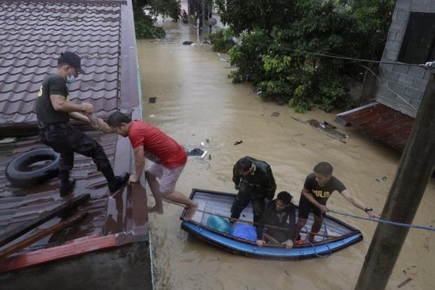 Thủ đô Manila của Philippines chứng kiến trận lụt tồi tệ nhất trong nhiều năm do bão Vamco - Ảnh 1.
