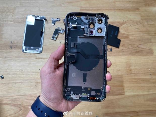 Mổ bụng iPhone 12 Pro Max, lộ thiết kế ngược đời và viên pin gây thất vọng - Ảnh 5.