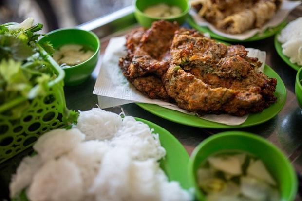 Báo nước ngoài đưa tin về hàng chả rươi 30 năm đông khách nhất nhì Hà Nội, món ăn trông thì rùng mình nhưng ăn vào lại thấy vị bất ngờ - Ảnh 1.
