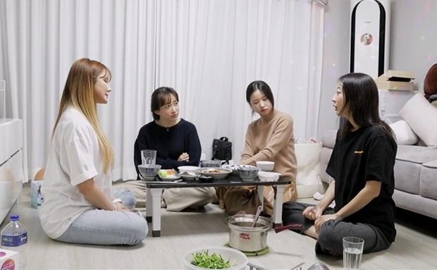 Dân tình ngỡ ngàng vì nữ idol nhóm nhạc nữ đình đám EXID phải đi làm phục vụ nhà hàng, trồng rau - Ảnh 4.