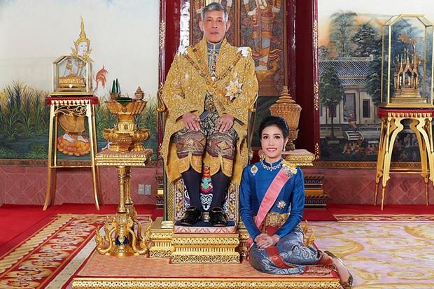 Trong khi Hoàng quý phi được phục vị, hình ảnh vợ cũ của Vua Thái Lan gầy gò hốc hác, đang trồng rau trong chùa được chia sẻ gây xôn xao MXH - Ảnh 1.