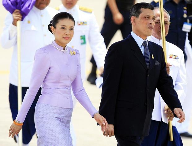 Trong khi Hoàng quý phi được phục vị, hình ảnh vợ cũ của Vua Thái Lan gầy gò hốc hác, đang trồng rau trong chùa được chia sẻ gây xôn xao MXH - Ảnh 2.