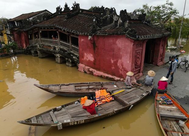 Ảnh: Lần thứ 7 trong vòng hơn 1 tháng, phố cổ Hội An ngập trong nước lũ - Ảnh 2.