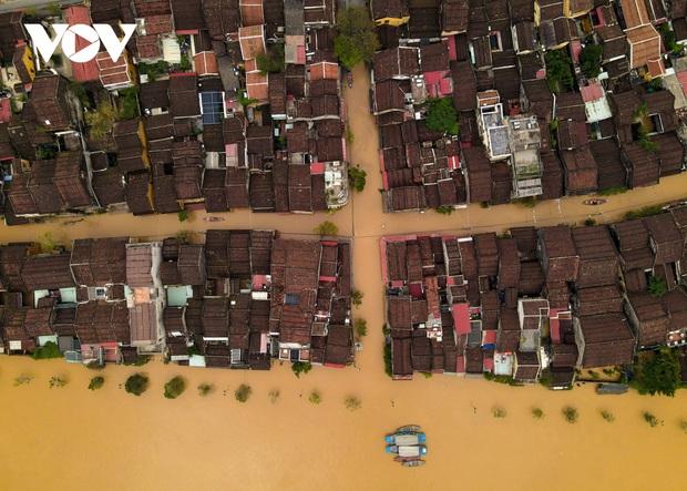 Ảnh: Lần thứ 7 trong vòng hơn 1 tháng, phố cổ Hội An ngập trong nước lũ - Ảnh 6.