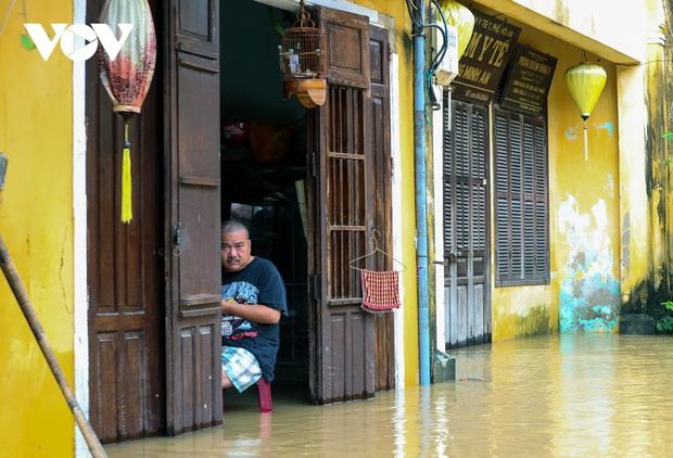 Ảnh: Lần thứ 7 trong vòng hơn 1 tháng, phố cổ Hội An ngập trong nước lũ - Ảnh 11.