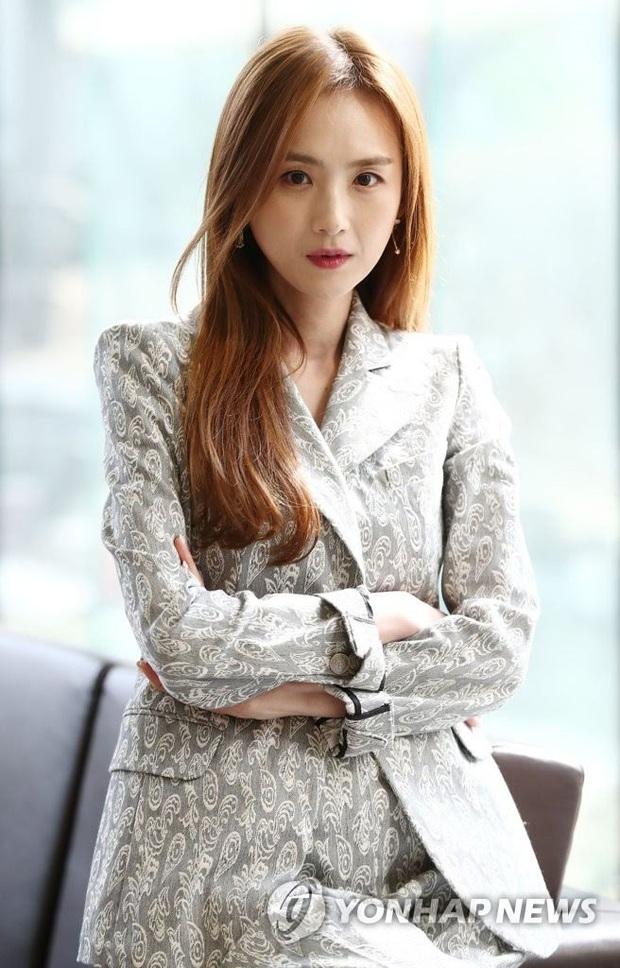 Song Ji Hyo bị cắm sừng, Gong Yoo xấu hổ vì gọi bạn gái cũ lúc say và loạt chuyện tình buồn của sao Hàn lần đầu được hé lộ - Ảnh 6.
