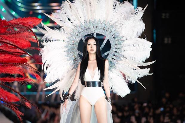 Bỏng mắt clip Top 35 HHVN 2020 trình diễn bikini đúng kiểu Victoria's Secret, vedette Tiểu Vy khoe vòng 1 đồ sộ qua camera thường - Ảnh 10.