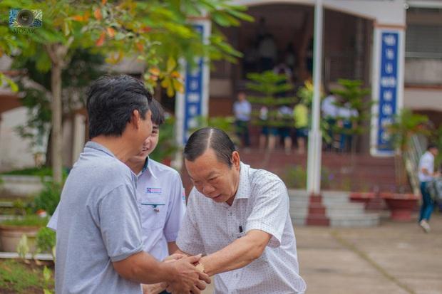 Thầy Hiệu trưởng ôm từng học sinh ngày nghỉ hưu, sau đó bất ngờ được tặng quà siêu cấp đáng yêu - Ảnh 2.