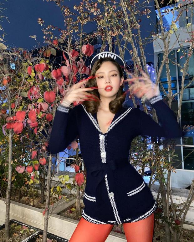 """Jennie """"trên cơ"""" bạn gái của con trai vua sòng bạc Macau, nhưng có đọ lại được Selena Gomez khi đụng hàng? - Ảnh 3."""