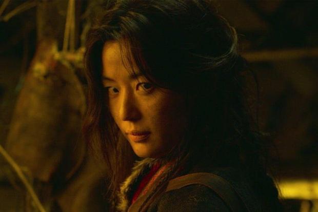 Kingdom chơi lớn làm hẳn một tập phim về Jeon Ji Hyun: Lộ luôn vai trò cực then chốt của nữ hoàng zombie mới nổi! - Ảnh 1.