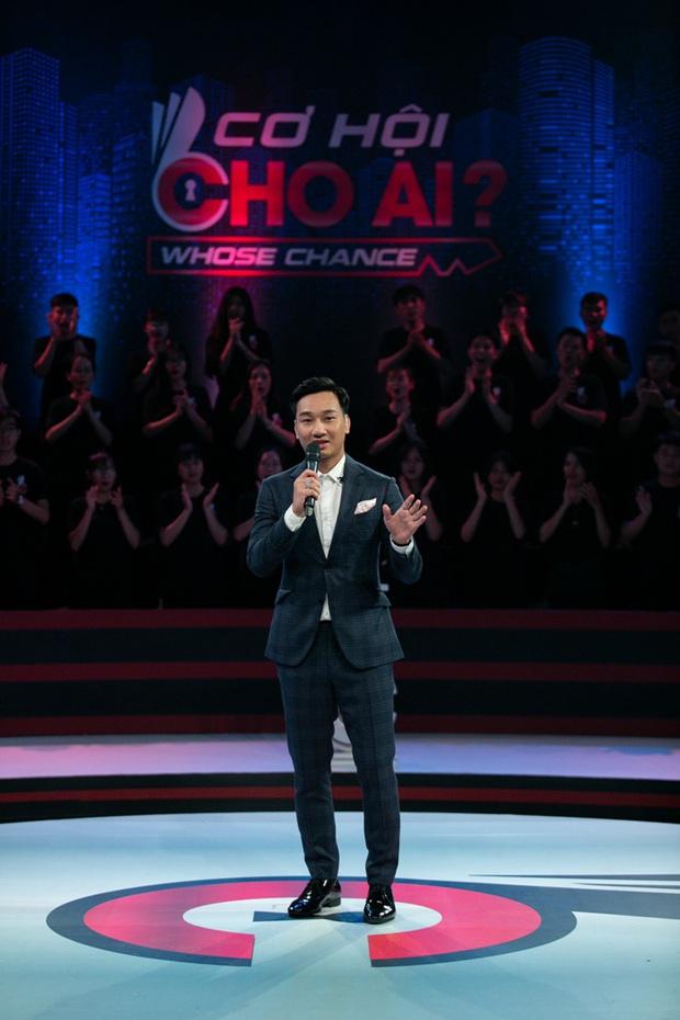 MC Thành Trung xin phép trực tiếp nhà báo Lại Văn Sâm khi một lần nữa thay thế ông làm host show thực tế - Ảnh 1.