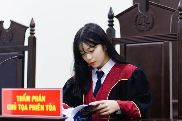 Nữ sinh 21 tuổi ngồi ghế Thẩm phán được dân mạng xin info không ngớt vì quá xinh - Ảnh 1.