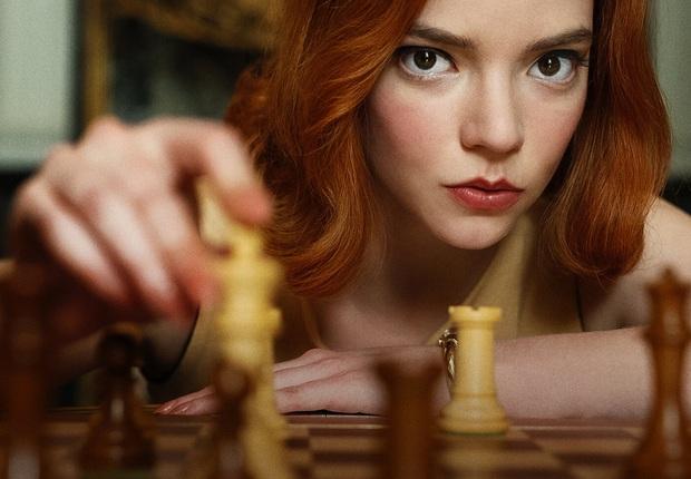 Suzy mới khởi nghiệp đã bị gái đẹp cờ vua Gambit Hậu hất cẳng khỏi Top 1, phim có gì hot mà ai cũng nô nức đi xem? - Ảnh 1.