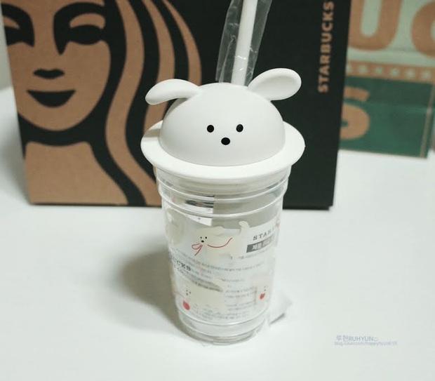 Fan Kpop đang ráo riết mua cốc Starbucks chó trắng siêu cute, lý do là gì? - Ảnh 1.