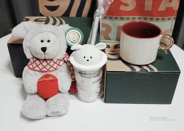Fan Kpop đang ráo riết mua cốc Starbucks chó trắng siêu cute, lý do là gì? - Ảnh 2.