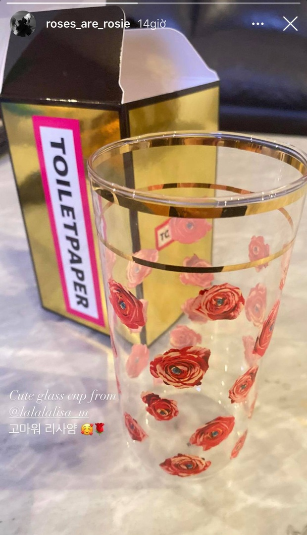 """Lisa tặng hẳn cốc uống nước mạ vàng cho Rosé, fan ghen tị: """"Alo, bạn thân ơi bạn tặng mình gì rồi?"""" - Ảnh 1."""