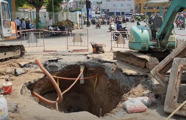 """Lại xuất hiện hố sâu """"tử thần"""" ngay ngã tư Sài Gòn khiến người đi đường lo lắng sợ bị nuốt chửng - Ảnh 1."""