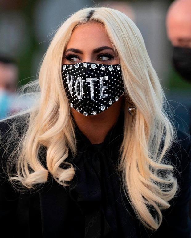 Lady Gaga trở thành tâm điểm ở sự kiện với đôi guốc lênh khênh như... cây sào, dân tình choáng váng: Nhìn mà run chân! - Ảnh 5.