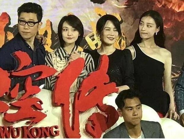 Loạt khung hình gây liên tưởng tới màn đấu đá showbiz: Phạm Băng Băng bị dàn đại hoa cô lập, Irene giành giật với đàn em - Ảnh 17.