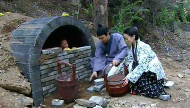 Phong tục tang lễ tàn khốc nhất Trung Quốc: Xây mộ chôn sống cha mẹ già, mỗi ngày đưa cơm kèm theo một viên gạch - Ảnh 2.