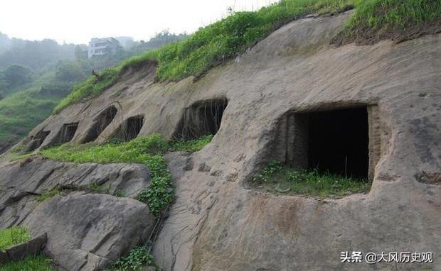 Phong tục tang lễ tàn khốc nhất Trung Quốc: Xây mộ chôn sống cha mẹ già, mỗi ngày đưa cơm kèm theo một viên gạch - Ảnh 1.