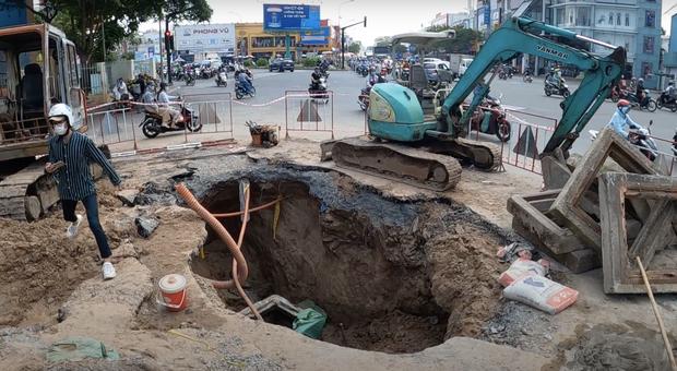 """Lại xuất hiện hố sâu """"tử thần"""" ngay ngã tư Sài Gòn khiến người đi đường lo lắng sợ bị nuốt chửng - Ảnh 4."""