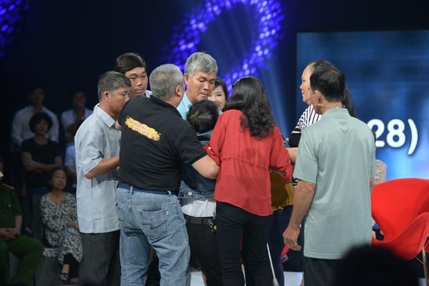 Như Chưa Hề Có Cuộc Chia Ly chính thức trở lại: 45 năm lưu lạc, 8 tiếng tìm thấy nhau nhờ cộng đồng mạng, 5 anh em khóc ngất trên sân khấu - Ảnh 3.