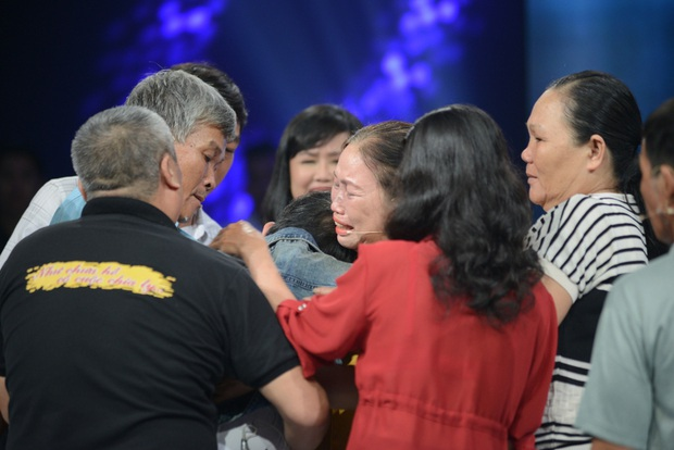 Như Chưa Hề Có Cuộc Chia Ly chính thức trở lại: 45 năm lưu lạc, 8 tiếng tìm thấy nhau nhờ cộng đồng mạng, 5 anh em khóc ngất trên sân khấu - Ảnh 4.