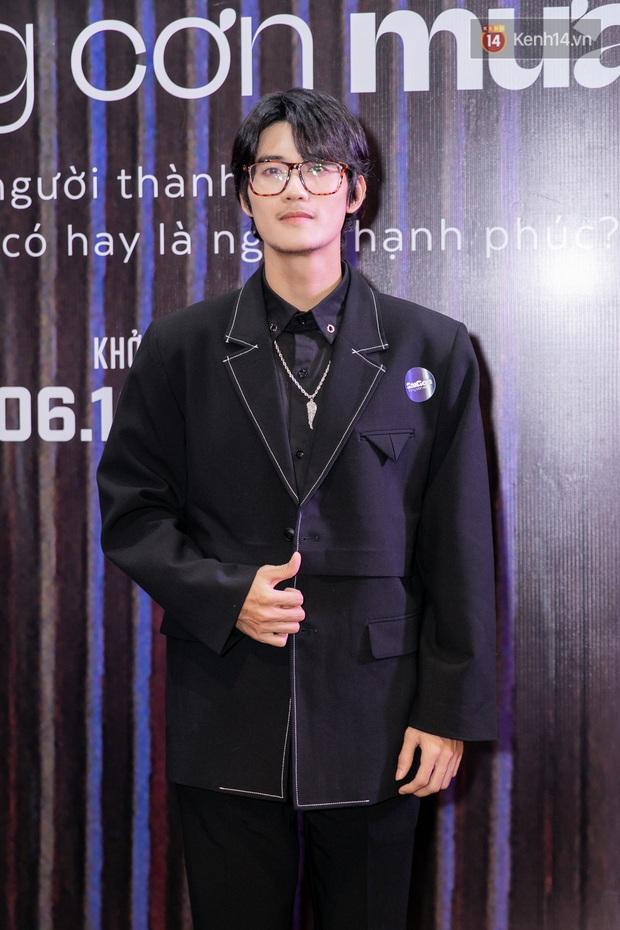 Quỳnh Anh Shyn tím lịm tìm sim, chặt đẹp Wowy và dàn sao xịn tại thảm đỏ ra mắt Sài Gòn Trong Cơn Mưa - Ảnh 2.