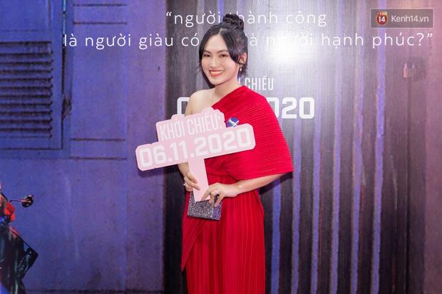 Quỳnh Anh Shyn tím lịm tìm sim, chặt đẹp Wowy và dàn sao xịn tại thảm đỏ ra mắt Sài Gòn Trong Cơn Mưa - Ảnh 9.