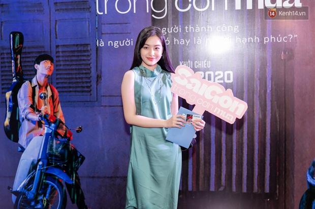 Quỳnh Anh Shyn tím lịm tìm sim, chặt đẹp Wowy và dàn sao xịn tại thảm đỏ ra mắt Sài Gòn Trong Cơn Mưa - Ảnh 5.