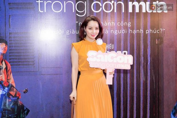 Quỳnh Anh Shyn tím lịm tìm sim, chặt đẹp Wowy và dàn sao xịn tại thảm đỏ ra mắt Sài Gòn Trong Cơn Mưa - Ảnh 7.