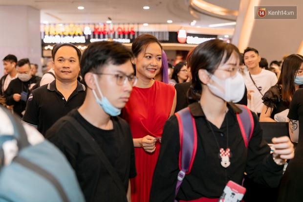 Quỳnh Anh Shyn tím lịm tìm sim, chặt đẹp Wowy và dàn sao xịn tại thảm đỏ ra mắt Sài Gòn Trong Cơn Mưa - Ảnh 12.