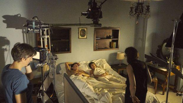 Cảnh nóng Hollywood đối đầu COVID-19: Diễn viên không ân ái với búp bê thì rủ ngay người thân đóng chung cho an toàn! - Ảnh 2.