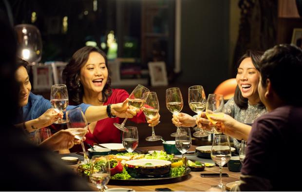 Tiệc Trăng Máu cán mốc doanh thu 100 tỷ, đạo diễn Nguyễn Quang Dũng lên đời rồi nha! - Ảnh 2.