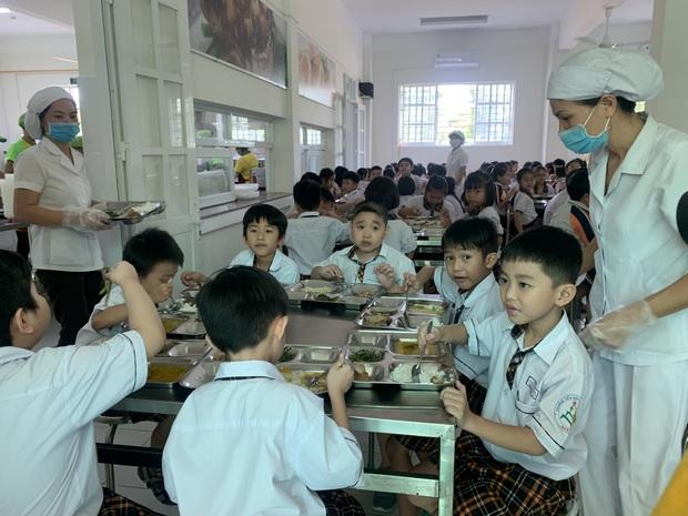 Vụ bữa ăn Tiểu học nghi bị cắt xén: Hiệu trưởng nhà trường chính thức xin lỗi, nhận trách nhiệm - Ảnh 3.