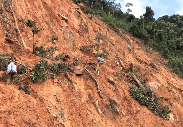 Đau xót khi tìm thấy 6 thi thể trẻ nhỏ trong vụ sạt lở núi kinh hoàng ở Phước Sơn - Ảnh 2.