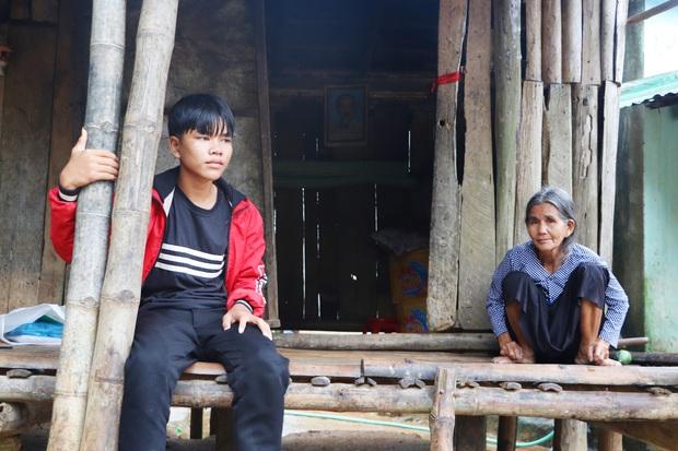 Bố mẹ mất khi đi làm thuê, 2 anh em sống lay lắt bên bà ngoại già yếu: Có bữa nhà hết gạo, con phải nhịn đói đi học - Ảnh 1.