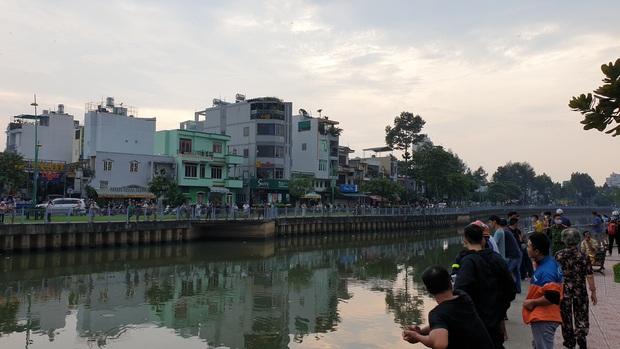 TP.HCM: Người đàn ông nhảy kênh Nhiêu Lộc - Thị Nghè mất tích, hàng trăm người vây quanh theo dõi - Ảnh 1.