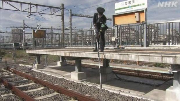 Nhà ga Nhật kêu cứu vì hành khách đánh rơi quá nhiều tai AirPods xuống đường ray, ngày nào nhân viên cũng nhặt được cả lố - Ảnh 3.