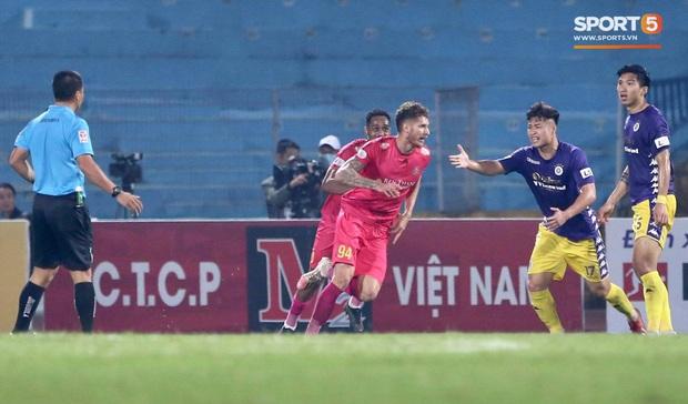 Trở lại sau chấn thương, Đoàn Văn Hậu mắc lỗi trong cả 2 bàn thua của Hà Nội FC - Ảnh 4.