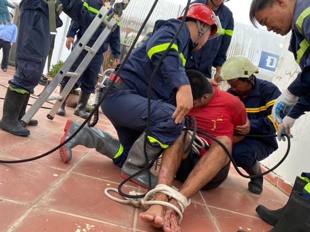 TP.HCM: Thanh niên 20 tuổi leo sân thượng chung cư hóng mát, dùng kéo tự đâm vào tay khi cảnh sát giải cứu - Ảnh 4.