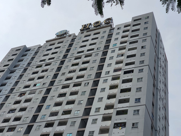 TP.HCM: Thanh niên 20 tuổi leo sân thượng chung cư hóng mát, dùng kéo tự đâm vào tay khi cảnh sát giải cứu - Ảnh 1.