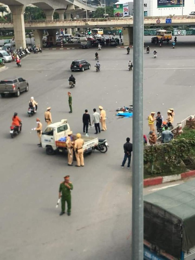 Hà Nội: Sau va chạm khiến người phụ nữ đi xe đạp điện tử vong, xe tải bỏ chạy khỏi hiện trường - Ảnh 1.